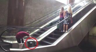 Βάζει ένα κάδο σκουπιδιών πίσω από τα κορίτσια και φεύγει τρέχοντας! Δεν φαντάζεστε τι έγινε…