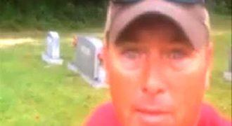 Η 6χρονη κόρη του πέθανε. Αυτό που έκανε στον τάφο της θα σας σοκάρει.