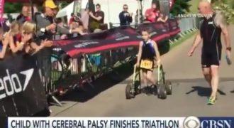Χίλια μπράβο – Παιδί με εγκεφαλική παράλυση κατάφερε να τερματίσει πρώτο το τρίαθλο!