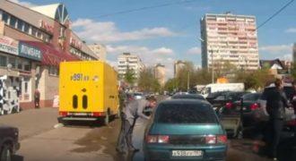 Νταήδες κατεβαίνουν και αρχίζουν να του σπάνε το αμάξι! Ακόμα τους κλαίνε (video)