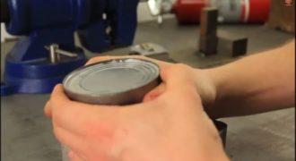 Χρήσιμο: Πώς θα ανοίξετε μία κονσέρβα χωρίς ανοιχτήρι; (Βίντεο)