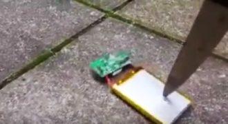 Δείτε τι θα συμβεί αν πειράξετε την μπαταρία του κινητού σας με ένα μαχαίρι