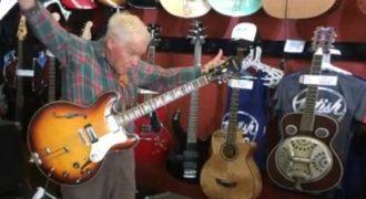 Παππούς 81 χρονών αφήνει άφωνους τους εργαζόμενους σε μαγαζί με κιθάρες με το ταλέντο του!