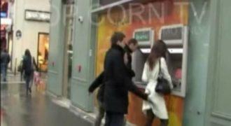 Το βίντεο με τα 7,5 εκ. views! Την θωπεύει και μετά κάνει τον άσχετο! (vid)