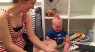 Δείτε για ποιον περίεργο λόγο πλάνταξε στο κλάμα αυτός ο μπόμπιρας! (βίντεο)