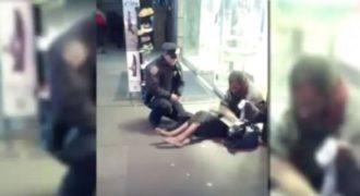 Ο αστυνομικός δεν έχει ιδέα ότι η κάμερα τον καταγράφει όταν κάνει ΑΥΤΟ σε έναν άστεγο