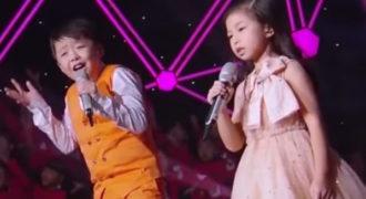 Τα δύο παιδιά ανεβαίνουν στη σκηνή. Οι φωνές τους πραγματικά προκαλούν ανατριχίλα!