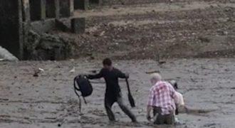 Δυο ηλικιωμένοι είχαν κολλήσει στη λάσπη. Μέχρι που εμφανίστηκε αυτός ο γενναίος ψαράς!
