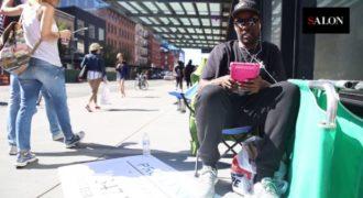 Ο άνθρωπος που στέκεται στην ουρά και βγάζει 1000 δολάρια την εβδομάδα