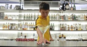 Ο… Bruce Lee των barmen (Video)