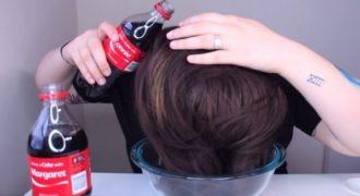 Αδειάζει 2 μπουκαλάκια Coca Cola στα μαλλιά της και περιμένει! Το αποτέλεσμα θα σας εντυπωσιάσει…