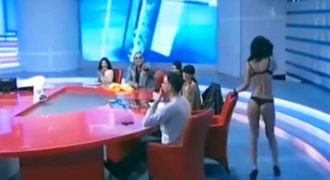 Καλεσμένη σε πρωινή εκπομπή στην Ρουμανία τα πέταξε όλα και ανέβασε την ακροαματικότητα…