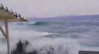 Τα κύματα »εξαφάνισαν» την μικρή Βενετία στην Μύκονο