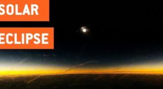 Ολική έκλειψη ηλίου από το αεροπλάνο! Απίστευτο και μοναδικό θέαμα! – Video