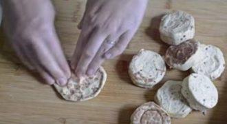 Πιέζει ένα κατεψυγμένο ψωμάκι μέχρι να γίνει επίπεδο… Το αποτέλεσμα; Γευστικότατο!