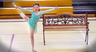 8χρονη χορεύει για πρώτη φορά με το προσθετικό της πόδι και μας αφήνει άφωνους (βίντεο)