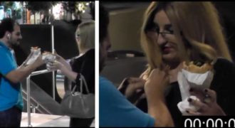 Ζητάει από περαστικούς στο κέντρο της Αθήνας να την κουμπώσουν… Η αντίδρασή τους…!!
