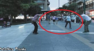 Το αόρατο τζάμι που τρολάρει πολίτες στο κέντρο της Αθήνας. Εσύ πως θα αντιδρούσες;