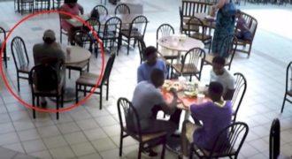 Πέφτει θύμα bullying από μία ομάδα εφήβων. Προσέξτε όμως τι κάνει ο τύπος στα αριστερά!