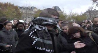 Ένας Μουσουλμάνος έδεσε τα μάτια και εξέπληξε τους περαστικούς στο Παρίσι. (Βίντεο)