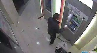 Πήγε κλέψει τα λεφτά ενός άντρα που έκανε ανάληψη και πήρε το μάθημα του. (Βίντεο)