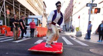 Ντύθηκε Aladdin πήρε το χαλί του και έκανε βόλτες στο κέντρο της Νέας Υόρκης. (Βίντεο)