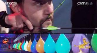 Ένας τοξότης προσπαθεί να περάσει το βέλος του μέσα από 38 μπαλόνια. Τα κατάφερε;