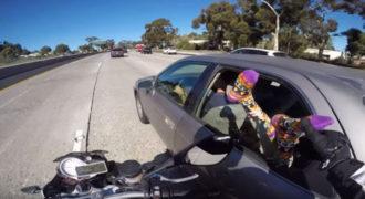 Μοτοσικλετιστής ακουμπάει τα πόδια κοπέλας που έχει βγάλει έξω από το παράθυρο.