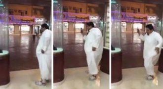 Αυτός ο Σαουδάραβας δεν είναι συνηθισμένος στη βροχή!