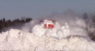 Τι θα συμβεί όταν ένα τρένο περάσει με ταχύτητα μέσα από ένα μικρό βουνό από χιόνι;