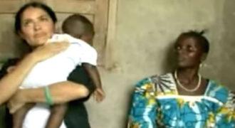 Η Salma Hayek κρατά πεινασμένο μωρό. Πριν το δώσει πίσω, κάνει κάτι τελευταίο…