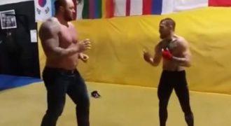 Δείτε τι έπαθε το «Βουνό» από το Game of Thrones στο ρινγκ κόντρα στον πρωταθλητή του UFC (Βίντεο)