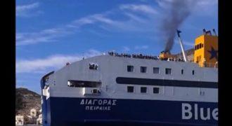 Το συγκινητικό αντίο των στρατιωτών που απολύονται στους κατοίκους του ακριτικού Καστελόριζου. Τους αποχαιρετούν από το κατάστρωμα του πλοίου με τον εθνικό ύμνο και αυτοί κορνάρουν μαζί με τον καπετάνιο (βίντεο)