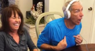 Η τρομερή αντίδραση ενός μπαμπά που μαθαίνει ότι θα γίνει παππούς την στιγμή που έπαιζε ένα παιχνίδι!