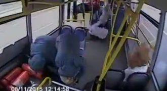 Βίντεο Σοκ: Δείτε τι συμβαίνει όταν οδηγός λεωφορείου κοιμάται στο τιμόνι