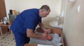 Εξέταση Νεογέννητου Μωρού από Ρώσο Ορθοπεδικό… που Σοκάρει (Βίντεο)