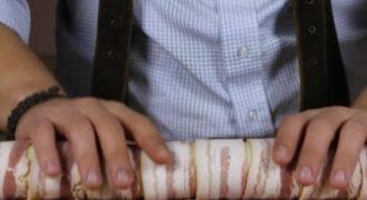 Τυλίγει μπέικον γύρω από τη ζύμη και τα βάζει στο φούρνο. Το αποτέλεσμα; Πανδαισία γεύσεων!