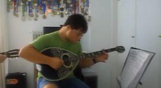 Με αυτό το τραγούδι θέλω να δώσω δύναμη σε όλους τους ανθρώπους με αναπηρία · Κυριάκος Φριλίγκος (Σύνδρομο Down)