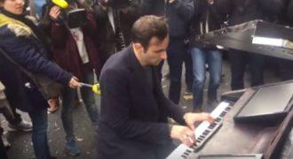 Ο πιανίστας που συγκλόνισε το Παρίσι: Στον τόπο της τραγωδίας έπαιξε το Imagine