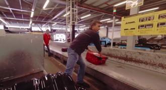 Δες τι συμβαίνει στη βαλίτσα σου όταν την παραδίδεις στο αεροδρόμιο! (βίντεο)