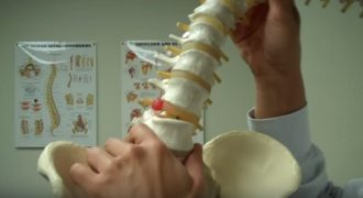 Ασκήσεις για τη θεραπεία της διόγκωσης μεσοσπονδύλιου δίσκου (Βίντεο)