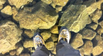 Βρήκαν μια παγωμένη λίμνη τόσο καθαρή που νομίζεις ότι περπατάς στον αέρα!