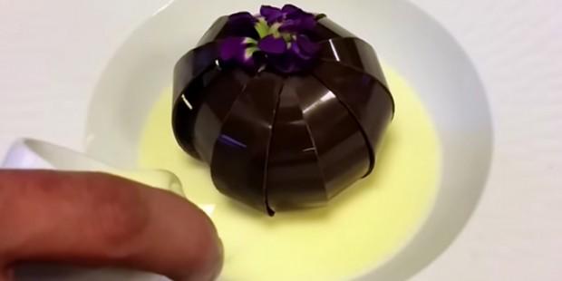 Απίστευτο-επιδόρπιο-σοκολάτας-που-ανθίζει-σαν-λουλούδι-620×310
