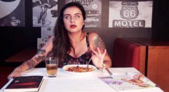 Προσπαθεί να φάει ένα πιάτο ζυμαρικών με ένα δονητή ανάμεσα στα πόδια της (Βίντεο)