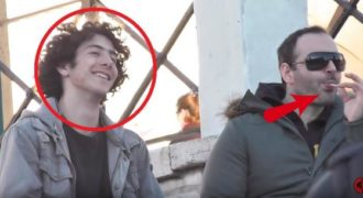 Πως αντιδρούν οι Έλληνες όταν βλέπουν έναν Gay να γλύφει το γλειφιτζούρι με αυτόν τον τρόπο.