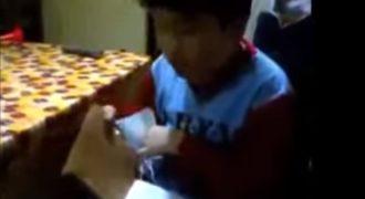 Ξετυλίγει το δώρο του και αντί για τάμπλετ βρίσκει ένα ξύλο. Η αντίδραση του; Ανεκτίμητη!(Βίντεο)