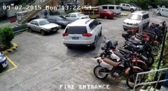 Στην προσπάθεια του να παρκάρει κατέστρεψε τρεις μοτοσικλέτες και δύο αυτοκίνητα. (Βίντεο)