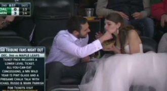 Ο πιο τυχερός γαμπρός. Μετά τον γάμο πήγαν να δουν αγώνα και να φάνε χοτ ντογκ. (Βίντεο)