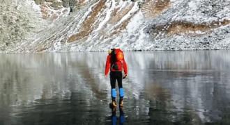 Περπατούσαν σε παγωμένη λίμνη τόσο καθαρή μέχρι που κοίταξαν κάτω!