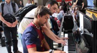 Δυο εντελώς άγνωστοι μεταξύ τους παίζουν πιάνο σε έναν σταθμό του Παρισιού. Απλά ακούστε τους..